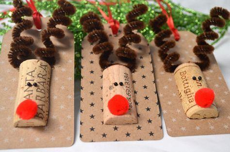 Unique et one-of-a-kind Rennes Etiquettes cadeaux faits à la main dans ce magasin. Six 6 découpes étiquettes made Kraft papier cartonné. Il y a six tags Kraft - 3 avec petites étoiles blanches et 3 avec petites étoiles noires. Chaque balise est ornée dun bouchon de vin repurposed « tête de renne »--qui a été taillés à la main par moi--, spirale chenille bois et un gros nez rouge. Au revers, jai main estampillée « À / de » à lencre pigment brun chocolat pour votre sac de cadeau ou de la…