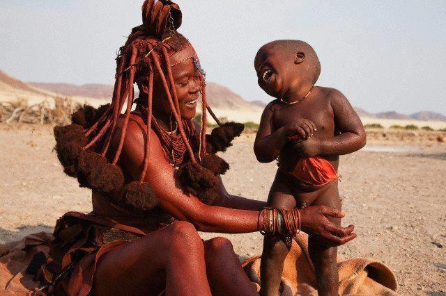 """A CANÇÃO DOS HOMENS  Quando uma mulher de certa tribo da África sabe que está grávida, segue para a selva com outras mulheres, e juntas rezam e meditam até que aparece """"A canção da criança"""".    Quando nasce a criança, a comunidade se junta e lhe cantam sua canção. Logo, quando a criança começa sua educação, o povo se junta e lhe canta a sua canção (http://www.facebook.com/pages/Contadores-de-Hist%C3%B3rias/349621587923)"""