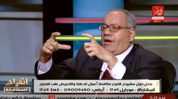 ] EL CAIRO, Egy. * Jueves 2 de noviembre de 2017. ABC Nabih al-Wahsh, un abogado egipcio, es ahora blanco de críticas por asegurar frente a cámaras que es un «deber nacional y patriótico» violar y acosar a las mujeres que lleven ropa provocativa como vaqueros rotos. Ocurrió en un foro del canal A...