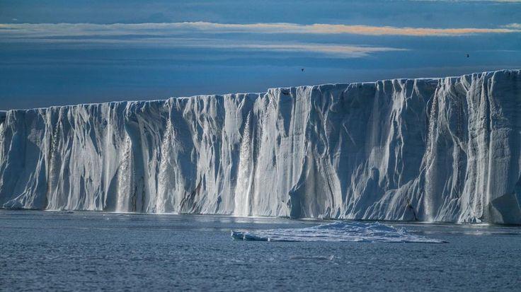 🤷🏻♀️ How many #waterfalls can you spot? 🤷🏼♂️ #sonya7RII #Arctic #NorthPole [ Location: Svalbard, Norway ] #BurnTheBucketlist 🔥 Follow us on Facebook or Instagram @burn_the_bucketlist 😉