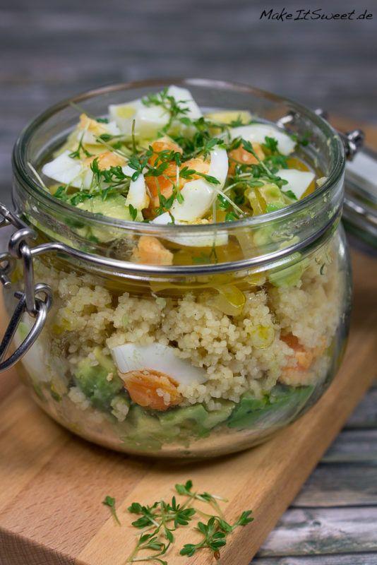 Ein ausgefallener Salat im Glas mit Couscous, Avocado und Ei, dazu ein selbstgemachtes Senf-Dressing und