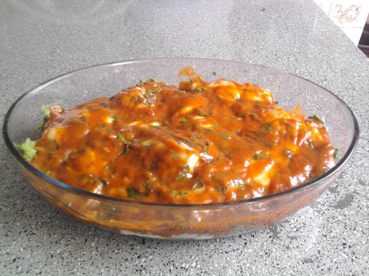 1/2 kg de filé de merluza  - 1 e 1/2 limões  - Sal, pimenta - do - reino e alecrim a gosto  - 2 ovos batidos  - Farinha de rosca ou aveia para empanar  - 1 lata de molho de tomate  - 1 colher (sopa) de azeite  - 1/2 cebola  - 1 dente de alho  - Sal e pimenta - do - reino a gosto  - 1 colher (chá) de farinha de trigo  - 2 colheres de cheiro verde  - 100 g de queijo mussarela  - 100 g de apresuntado  -