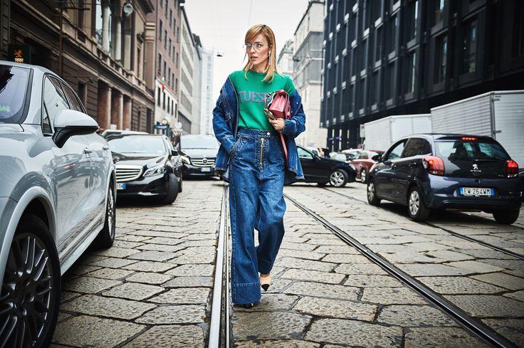 Breaking News! Neue Silhouette bei Jeans! Superweit und baggy. Reißverschluss sichtbar. Getragen mit passender Jacke als Anzug. No Fake News!!! This is real!!!! | @elleryland vs @albertaferretti ☘ #vikyandthekid #glamometer