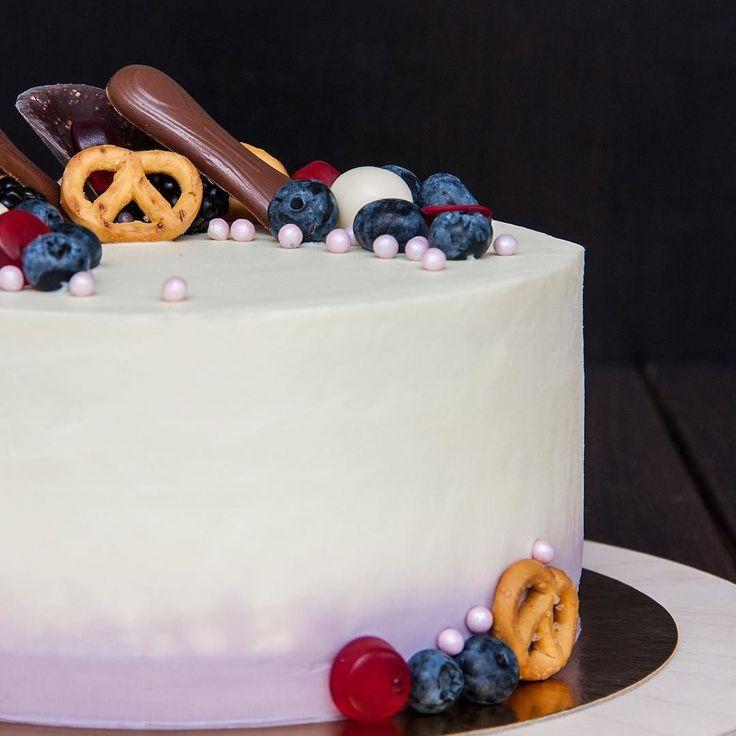Ten dort má skvělé barevné kombinace fakt se mi líbí! A co vám? Přeji Vám pěkný pátek přátelé.  Нравится мне это цветовое сочетание а вам? Хорошей пятницы друзья.  #dort #cake #biskvit #krem #sladkosti #narozeniny #happybirthday #narozeninovydort #dortpoděbrady #boruvky #instafood #instasweet #dortprodĕti #pečení #cukroví #sweetcakes #yummy #czech #czechrepublic #poděbrady #praha #nymburk #kolin #Pardubice #VelkýOsek #Pečky #Cidlina #Milovice