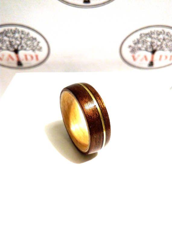 Houten Ring. Walnotenhout en Maple hout met gouden strip. De ring is met de hand gemaakt van massief hout. We gebruiken verschillende soorten hout. Ringen zijn niet geschilderd. Alle ringen zijn geïmpregneerd en gecoat met waterafstotende stoffen.