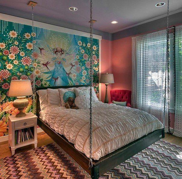 Необычная спальня с подвисной кроватью