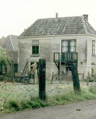 17 Mei 1959. Mennistenhemel, Tuindwarsstraat. De tuinhuizen dienden vroeger als buitenverblijven voor kooplieden.