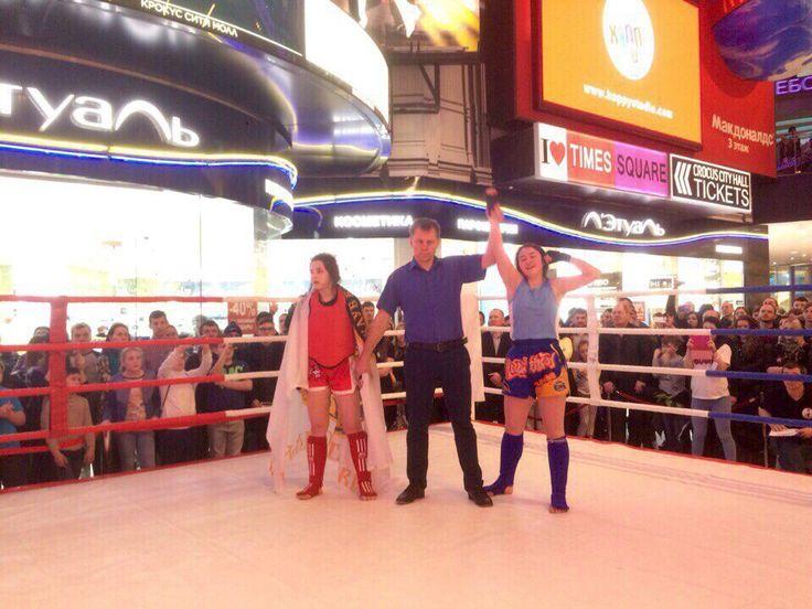 На турнире по тайскому боксу VEGAS&LION на равне с парнями сражались за титул чемпиона и девушки!