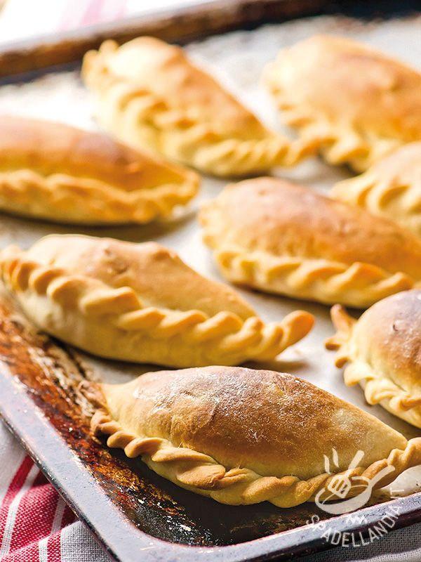 Le Empanadas di verdure sono dei fagottini di pasta con uno sfizioso ripieno vegetariano, che si servono come antipasto, tipiche dell'America Latina.