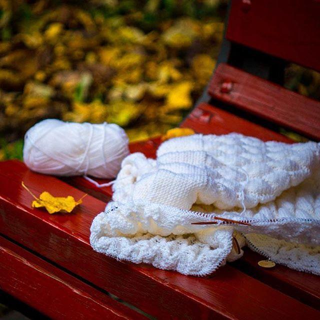 """Мой идеальный выходной? Сложить вязание в бумажный пакет, дойти до парка, повязать на лавочке час-другой... 🌿☕️🍪 Ха-ха!😜😭😭 Идеальный выходной, когда сын после утренней прогулки съел тарелку супа сам и крепко спит, не дослушав """"колобка"""" в моем исполнении. А я в это время вяжу на диване час-другой🤗 * #белыйплед #детскийплед #вязаниеспицами #вяжудетям #вяжусама #вяжутнетолькобабушки #ручнаяработа #вязаныйплед #творчество #knit #knitting #iloveknitting #knittingislove #knitting_inspire…"""