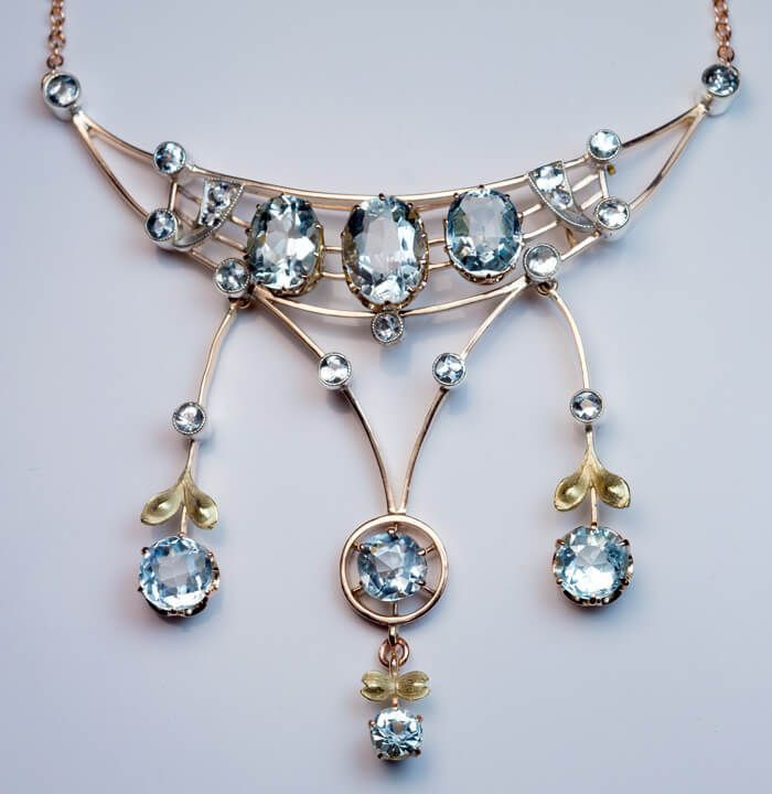 This elegant antique Russian aquamarine necklace was made in Moscow between 1908 and 1917. The necklace is handcrafted in 14K rose (frame) and green (leave