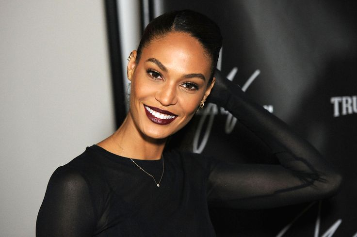 Joan Smalls is looking like an ultimate babe with those dark red lips, and her makeup is flawless, too. #redlips #makeup #beauty
