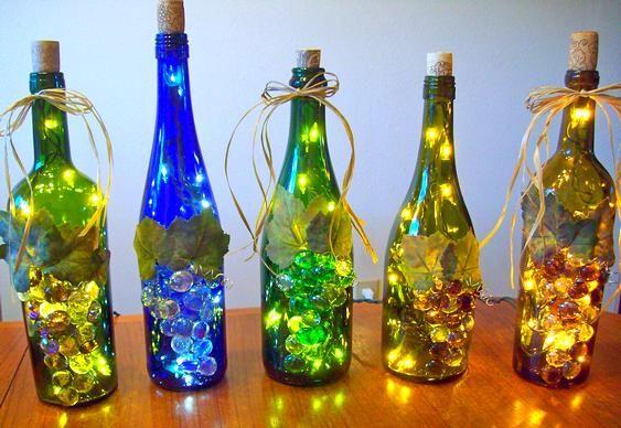 Garrafas, luzes e decoração.