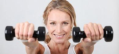 Δείτε πώς θα αποκτήσετε μπράτσα δυνατά και νεανικά, εφαρμόζοντας καθημερινά έξι πολύ απλές ασκήσεις μέσα στο σπίτι.