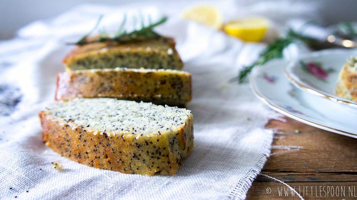 Op zoek naar een lekker en gezond ontbijt? Maak dan eens deze ontbijtcake met maanzaad en amandelmeel. Gezoet met honing en lekker fris door wat citroen.