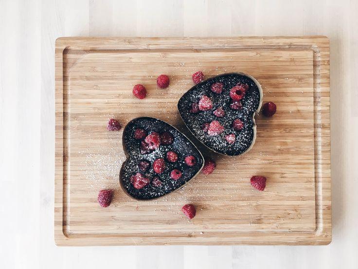 Puha közepű, csokis brownie málnával  Fudgy chocolate brownie with raspberries  https://www.youtube.com/channel/UCstjg_9RN9mXvmv4GCu6zNQ   #ecoconscious #bakingsheet #brownies #fudgybrownie #yummy #dessert #recipe #yamakitchen #yamalifestyle #food #foodinspo #compostablepackaging #yamablog