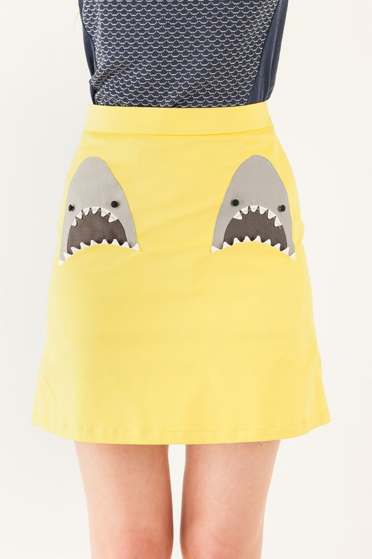 Skirt with sharks pockets wearing braces | LAZZARI