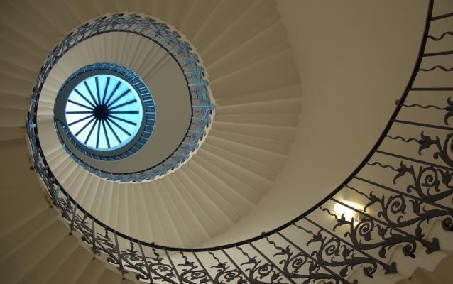 Tulip stairs (Londres, Angleterre) Construit pour une reine décédée avant d'avoir pu le gravir balustrade en fer forgé à motif fleuri est l'un des éléments d'origine de la Queen's House à Greenwich. Les travaux de cette maison destinée à la femme de Jacques Ier débutèrent à l'aube du XVIIe siècle. Inigo Jones, son concepteur, rapporta de ses voyages l'idée d'y installer le premier escalier autoporteur à spirale d'Angleterre