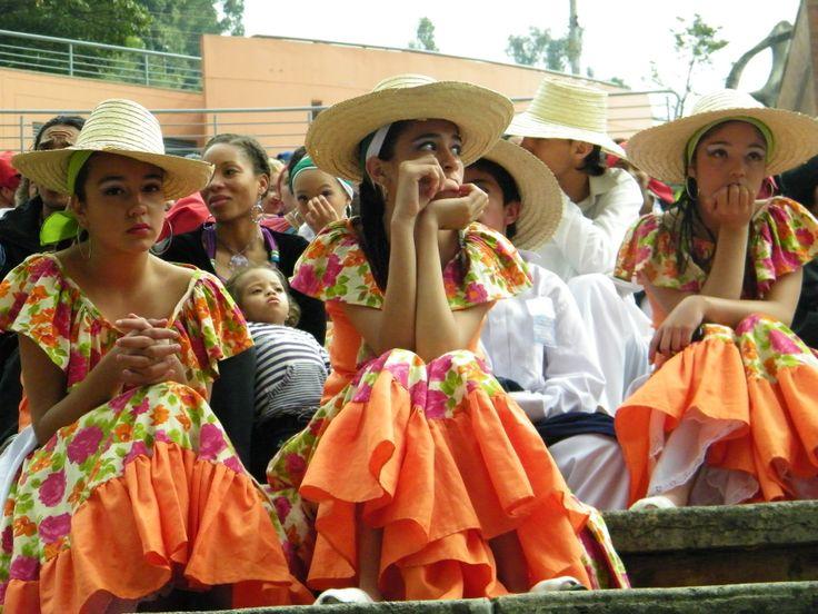 Unas chicas, esperando su turno para presentarse, en las gradas del Festival de Danza en La Media Torta