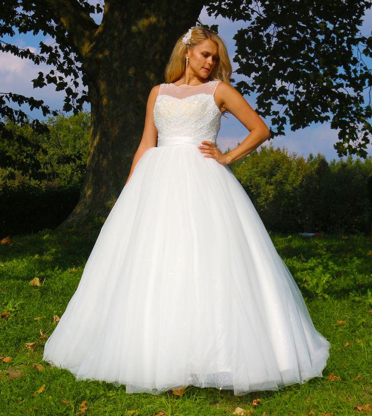 ♕ Traumhaft schönes Brautkleid ♕  ❦❦❦ aufwendige Handarbeit aus hochwertigen Stoffen! Spitzen Qualität!  ❦❦❦ Das Kleid ist ein Unikat!  ❦❦❦ Mit hochwertigen eingearbeiteten Corsage.  ❦❦❦ Das Kleid ist mit funkelnden Perlen verziert.  ❦❦❦ Ein wunderschönes Brautkleid aus Tüll.  ❦❦❦ Das Kleid verfügt über einen eingearbeiteten Unterrock aus mehreren Tüll-Lagen.  ❦❦❦ Sie können zwischen zwei Farben auswählen: Weiß oder Ivory.