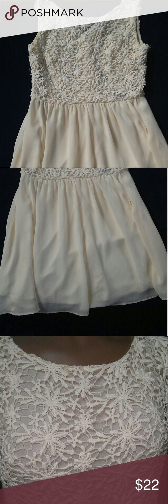 ???FOREVER 21 SHORT CREAM COLOR DRESS ??????Excellent Condition  This dress is so pretty..I can see it being worn at a summer party, graduation, dinner night, wedding ETC  POLYESTER BOTTOM WITH A BROCADE TOP..   MY MANNEQUIN IS 5'7 with a 26 in waist. Dresses Mini