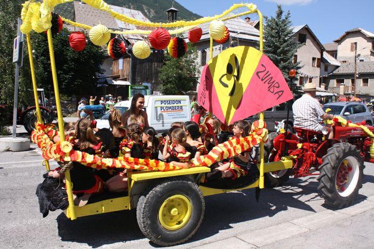 Fête du #Seignus. Une fête #champêtre chaque été au mois de juillet où se retrouvent des #animations conviviales : défilé de chars, repas en plein air, jeux, musique... photo office de tourisme du Val d'Allos
