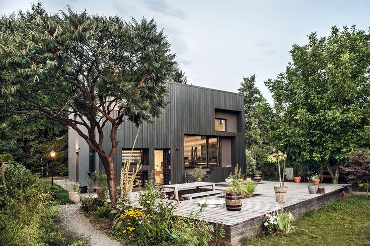 Ein idyllisches Einfamilienhaus mitten in der Natur... Dieses wunderschöne Einfamilienhaus liegt in Österreich. Der Wunsch dieses äußerst designbewussten Auftraggebers war es, Naturmaterialien in ihrer Schönheit zu zeigen. Somit durfte die perfekte Kombination aus Holz/Alufenster nicht fehlen.