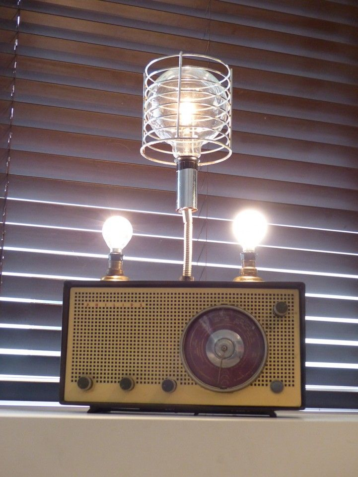 """Lámpara """"AM""""   MercadoLimbo.com  Industrial style, reuso de antigua radio. Otros objetos reutilizados: canasta cromada para servir pan, herrajes de puertas, caño flexible y perillas de estufa. Instalación eléctrica. Perilla con dimer para lámpara central, interruptor para lámparas laterales."""