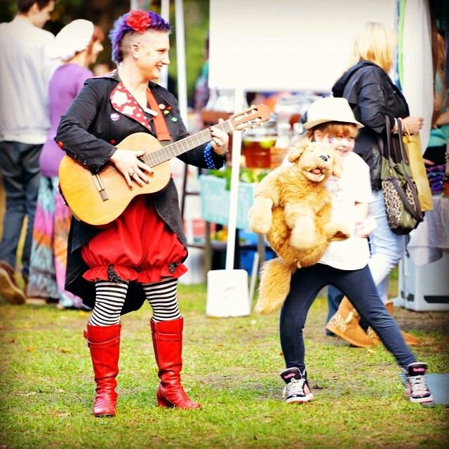 Roving musical entertainment. #passtheparcel #sunbury market #mohawk