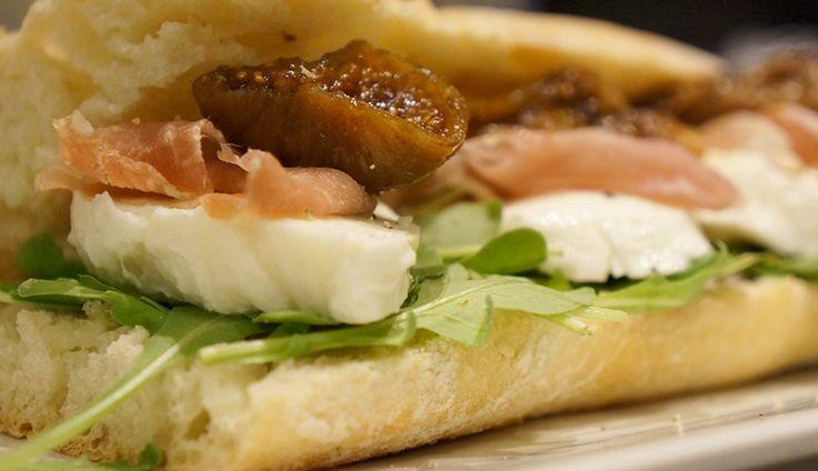 Herfstige baguette met mozzarella, balsamico vijgen en gedroogde ham - Culy.nl