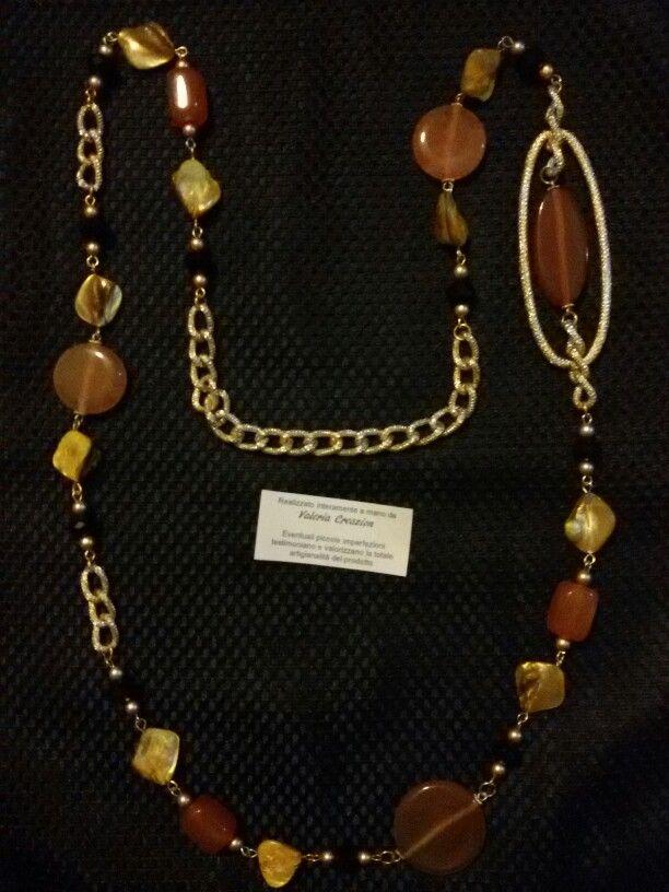 Collana lunga in chain color oro 18kt, pietre di agata, madreperle e cristalli. Il dettaglio della maglia oversize le dona eleganza.