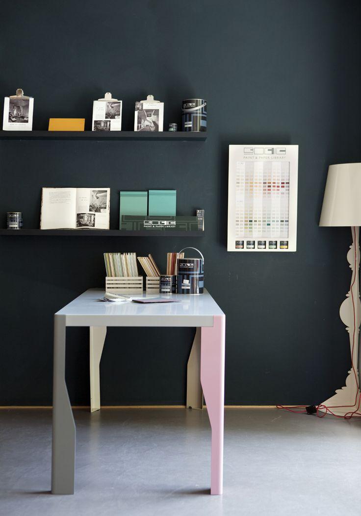 Scrivania in toni pastello a contrasto con il muro.  http://www.bludiprussia.com https://www.facebook.com/BludiPrussiaPitture   #colori #contrasto #scrivania