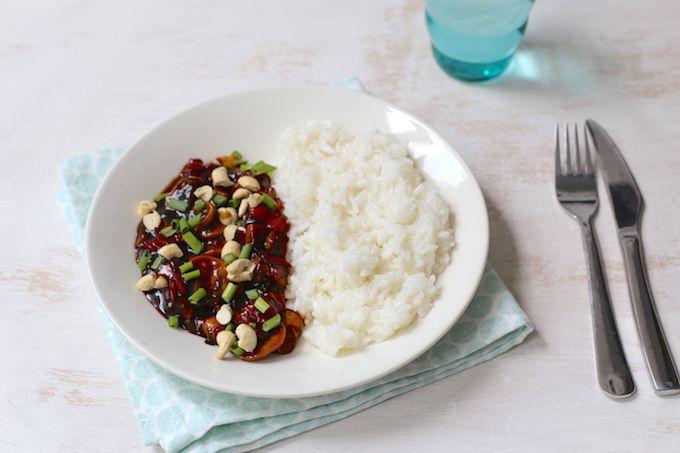 Zelfgemaakte kip siam maak je binnen een handomdraai zelf. Dit recept is lekker, simpel en snel te bereiden! Lekker met champignons. Eet smakelijk!