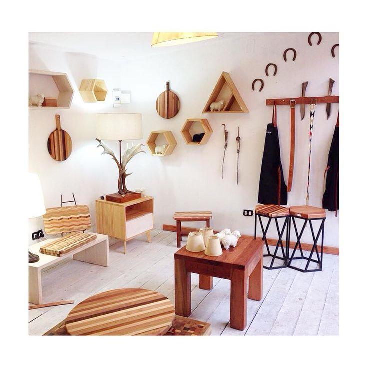 ¿Conoces el Parque el Secreto? Es una linda aldea en donde encontrarás distintos emprendedores, artesanos y por supuesto, podrás conocer nuestra linea de decoración de #tallerholz ✨San Lucas #230 @parqueelsecreto #decor #chile #hechoamano #dowoodworking #interiordesign #chile #muebles #diseño #holz @thedecojournal