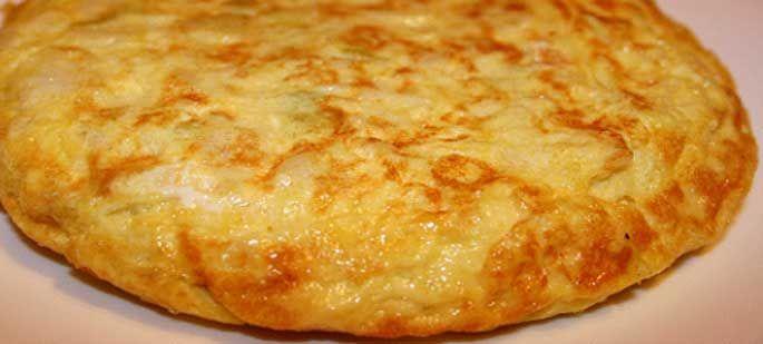 Receta de la tortilla de pan, ajo y bacalao, una estupenda idea para degustar como aperitivo este verano.