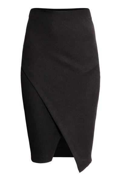 Falda cruzada: Falda de tubo en punto resistente con parte delantera cruzada y elástico oculto en la pretina. Sin forrar.