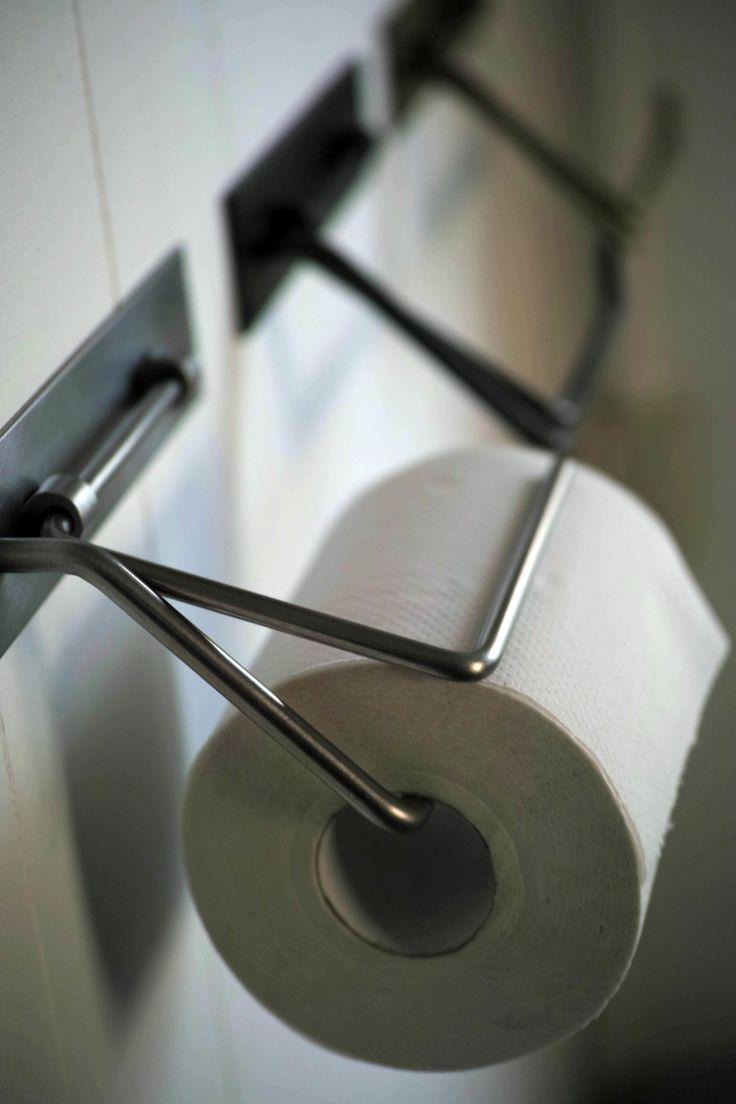 シンプルなデザインのステンレスのペーパーホルダー。 素材の持つ特性を生かすため無塗装です。  外寸約w160×h80×d85  ※長さ25~32mmビス付