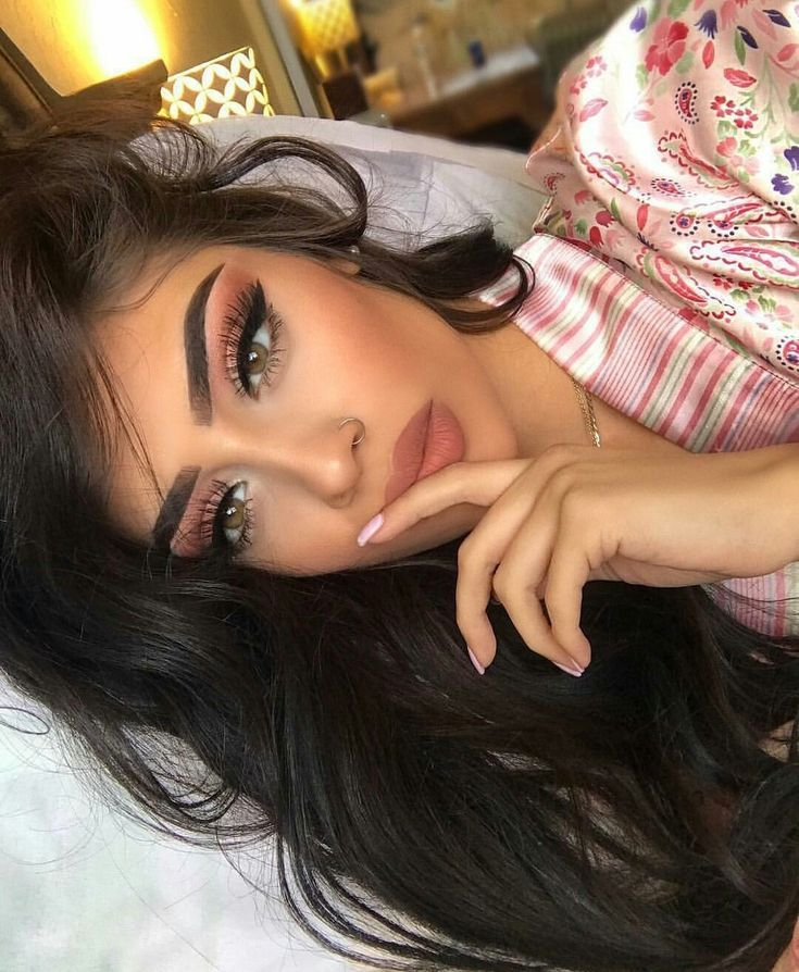 Beautiful girly makeup look! Love this soft pink eyeshadow, nude lips, and perfect eyebrows! #makeupartist #beauty #makeupgoals