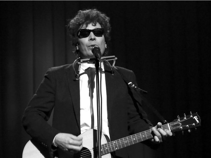 Jimmy Fallon channeled Bob Dylan in a live 'Tonight Show' to criticize Trump