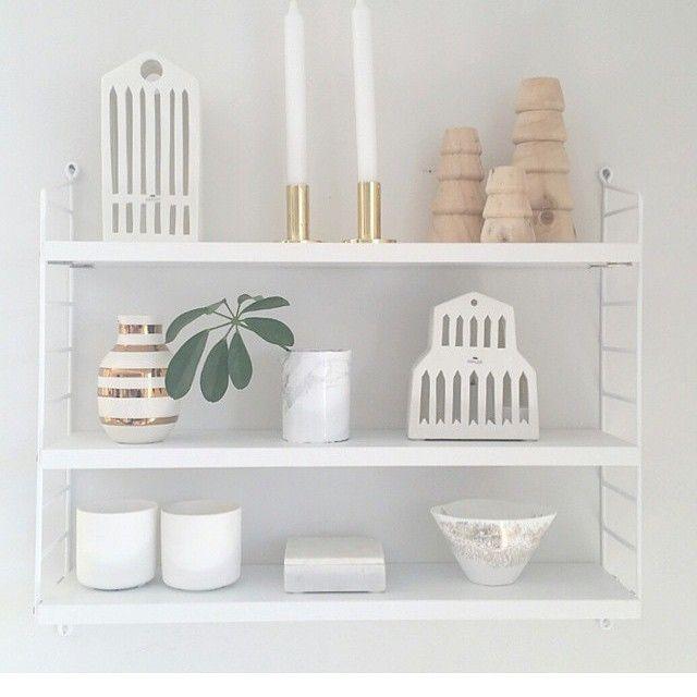 Endelig har vi fått hvite STRING hyller inn igjen. Du finner de i nettbutikken www.lunehjem.no Photo Cred @elisabethsidyll