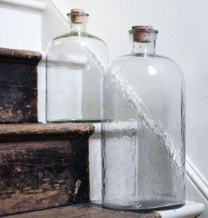 Bonbonne en verre transparent martelé avec un bouchon en liège. Cet objet déco donnera un esprit  vintage à votre intérieur. Ce modèle existe en 2 tailles, n'hésitez pas à les mixer ! Signée Nkuku