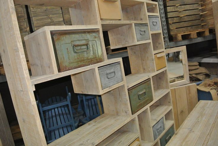 Vintage kast van steigerhout en oude magazijnbakken.