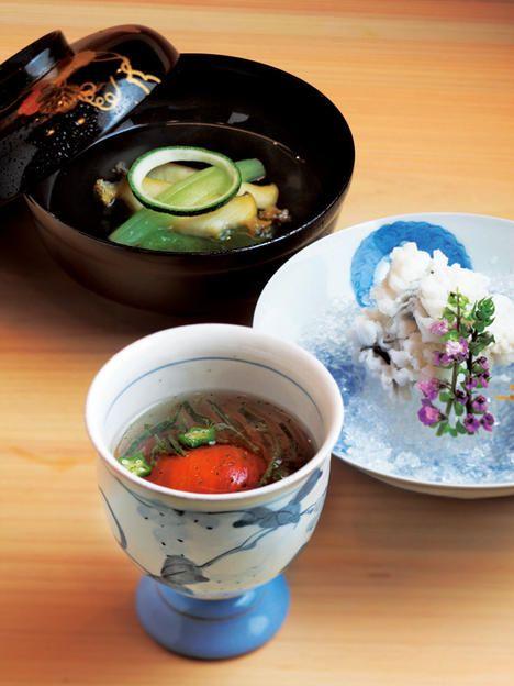 素材の風味を生かした料理。付き出しのトマトの煮こごり、鱧おとしに、枝豆豆腐と鮑のお吸い物。