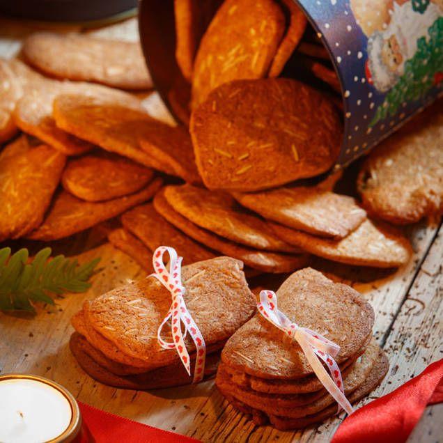 Lättbakat recept som er 100 jättegoda tunna pepparkakor. Med mandelspån blir de extra goda men det kan också uteslutas.