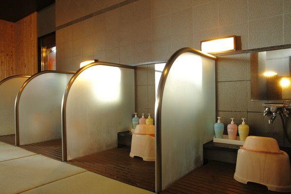 < 癒しの畳風呂>洗い場。滑りにくく安心、防菌、防カビ効果もある畳風呂。足下がいつもあたたかい。