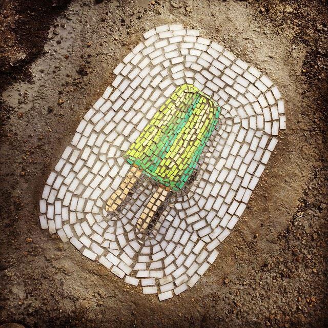 """Jim Bachor: a arte de """"consertar"""" buracos de rua com mosaicos"""