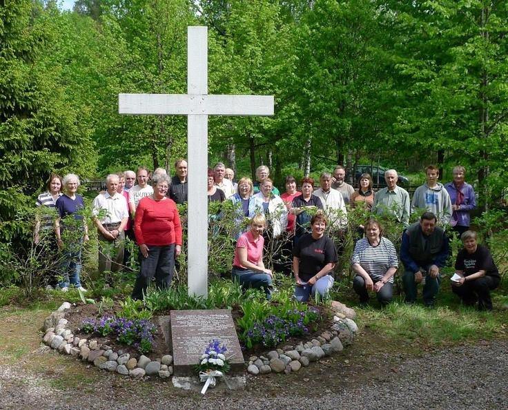 Uudenkirkon hautausmaan talkoissa 5/2013 Kuvaaja: Merja Leppälahti