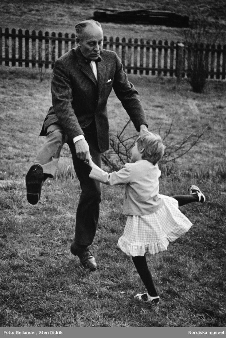 Die Tochter des Fotografen, Tove, tanzt mit ihrem Großvater im Garten. – Das Nordische Museum / Digitales Museum