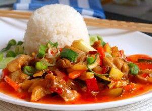 Un amestec de carne de pui și legume într-un sos de chili dulce