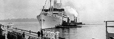 El gran buque oceánico sueco de la década de 1930, el Kungsholm, fue un ejemplo perfecto del alto estilo Art Deco, dirigido al acaudalado mercado norteamericano.  La longitud del Kungsholm excedía los 185 metros y pesaba más de 20.000 toneladas. Podía transportar a más de 1500 pasajeros y, rápidamente, ganó la reputación de excelencia en todas las áreas, particularmente en el entretenimiento de a bordo.